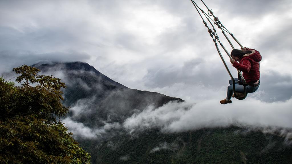 Девушка катается на качелях Тунгурауа, Баньос, Эквадор